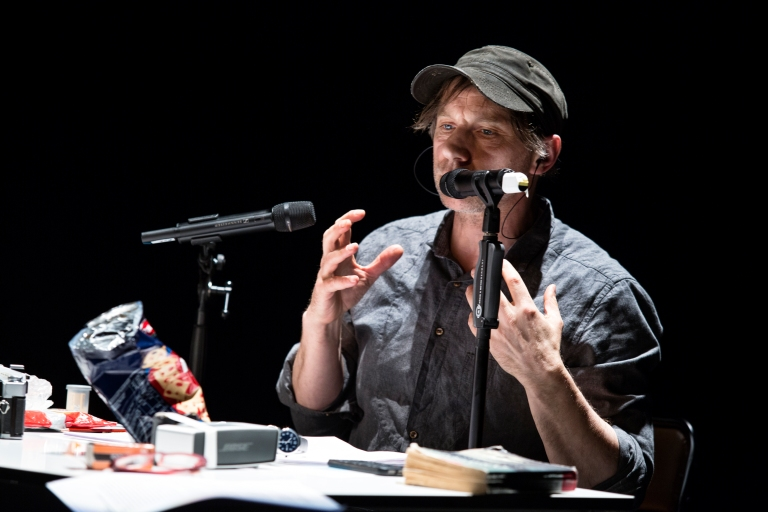 Schaubuehne am Lehniner Platz. F.I.N.D. 2015, Amazon Beaming: Work in Progress, Complicite, inspiriert von dem Roman »Amazon Beaming« von Petru Popescu, Performance und Regie: Simon McBurney.