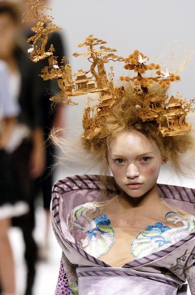 PARIS FASHION WEEK from october 4th to october 11th 2004 Ready to Wear SPRING SUMMER 2005 ALEXANDER MC QUEEN