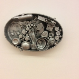 Travessa oval, 1962, Collage d'objets peints aluminium.