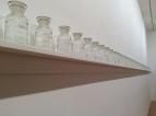 Installation de flacons partiellement remplis de la même quantité d'eau et nommés.