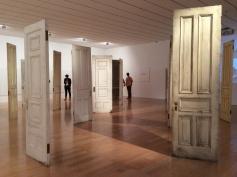 Portes fantômes, sans murs, ouvertes ou fermées?