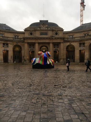 Nana-maison de Niki de Saint-Phalle dans la cour du musée