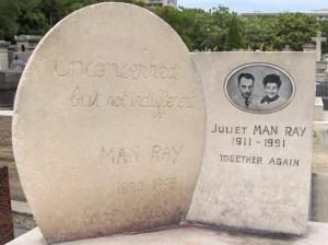 """""""Détaché mais pas indifférent.""""Cimetière de Montparnasse, Paris."""