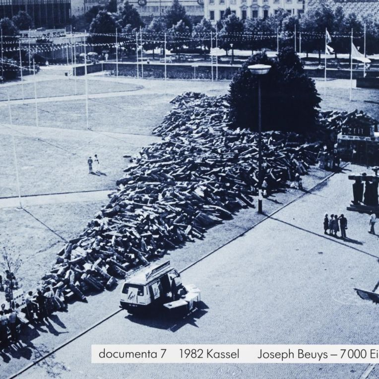Kassel devant le Fridercianum, 1982